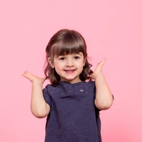 fetita cu broșă